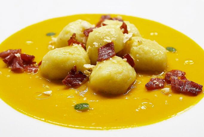 Gnocchi di patate su crema di zucca e curcuma