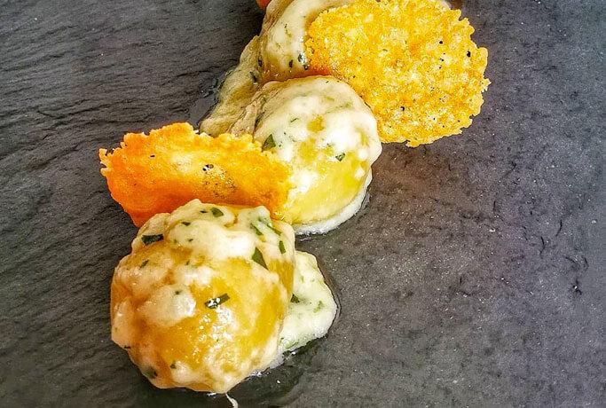 Gnocchi ripieni di asiago DOP e funghi porcini con fonduta di asiago e cialde di parmigiano