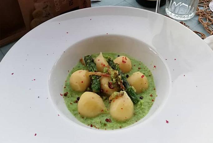 Gnocchi ripieni di gorgonzola DOP con crema di asparagi, mandorle e menta