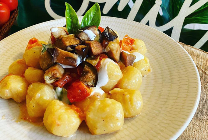 Gnocchi di farro con melanzane, pomodorini e formaggio fresco cremoso